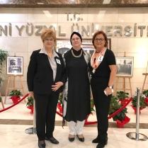 Soldan sağa; Aysel Aziz, Alev Ofluoğlu ve Rektör Yardımcısı Ayşegül Sarıkaya